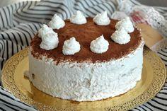 La torta con mousse al cocco e ganache al cioccolato è un dolce molto ricco, perfetto da presentare in una giornata di festa o in occasioni particolari. Ecco la ricetta