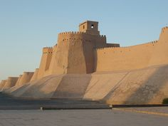 Itchan Kala is the walled inner town of the city of Khiva in Uzbekistan. India Architecture, Vernacular Architecture, Ancient Architecture, Gothic Architecture, Temple Ruins, Ancient Buildings, Walled City, Mayan Ruins, World Heritage Sites