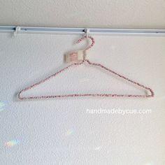針金ハンガーに布を巻いておしゃれにリメイクする方法、布巻きハンガー | ハンドメイドで楽しく子育て handmadeby.cue