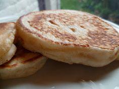 Crumpets  de Pauline.... à la Plancha. Vite on essaie : entre les cêpes et les pancakes... Une recette anglaise à faire sans modération, à servir avec du beurre, du sirop d'érable, de la confiture, à faire le week-end pour le petit déjeuner, pour le goûter... @ Les recettes de Pauline.