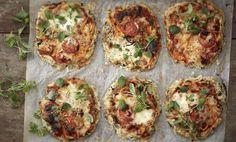 Mittaa siemennäkkileipäseos ja suola kulhoon, kaada kiehuva vesi päälle ja anna turvota 15 minuuttia. Murusta kukkakaalin kukinnot monitoimikoneessa ja sekoita murut, silputut basilikan lehdet, juustoraaste ja suola siemenseokseen. Leivinpaperoi uunipelti, annostele kukkakaaliseos pizzapohjiksi. Jaa täyteaineet pizzoille. Paista uunissa 220 asteessa 15–20 minuuttia. Anna makujen tasaantua 5 minuuttia. Riivi oreganon lehtiä pinnalle ja nauti.
