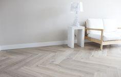Visgraat Vloeren | Weblog Uipkes Houten Vloeren Living Room Flooring, Home Living Room, Wood Effect Tiles, Herringbone Wood Floor, Interior Styling, Interior Design, Timber Flooring, White Flooring, Interior Inspiration