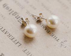 Perfectly sized medium pearl stud earrings. €22