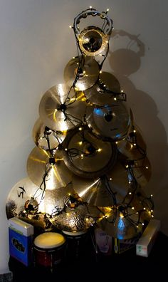 Ein Weihnachtsbaum für Drummer! #CHRISTMAS #TREE for #DRUMMERS, https://www.pinterest.com/DianaDeeOsborne/ - made of various gold #Cymbals with a string of lights! #DdO:) - And, of course, gifts of drumsticks and new toms and other music items! Cute photo pinned via Luis Perez.
