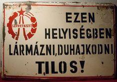 Táblák a régi TSZ-épületben, Nagyvisnyón fotók: Bodoloczki Júlia
