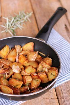 Patate con aglio e rosmarino in padella Veg Recipes, Italian Recipes, Aglio, Diy Food, Food Art, Food And Drink, Meals, Vegetables, Cooking