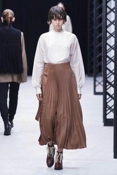 ハイク(HYKE)の2020-21年秋冬ウィメンズコレクション。68枚の写真からハイクのコーディネートがチェックできるのでぜひご覧ください。 写真19/68 - 単色のトップスに、自然素材のグレーアウターをレイヤード。 Midi Skirt, Fashion Show, Runway, Normcore, Hyke, Blouse, Skirts, Collection, Woman