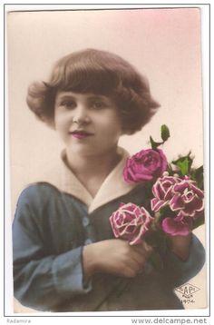 "Carte Postale Ancienne ""Fille avec des roses"" 1928 France."