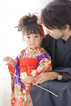 Japanese kimono little girl and her dad. Japanese Costume, Japanese Kimono, Traditional Kimono, Traditional Dresses, Japanese Outfits, Japanese Fashion, Geisha Japan, Yukata Kimono, Wedding Kimono