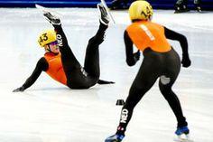 Sanne van Kerkhof gaat onderuit bij shorttrack. Uitgerekend de 'oma' van het viertal veroorzaakte, volgens de jury althans, de botsing die Oranje een 'penalty' opleverde waardoor zelfs deelname aan de B-finale erbij inschoot. Jammer!
