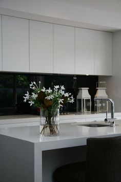The kitchen is one of the biggest investments that you will make when renovating your home. The choice of splashback is often overlooked, however it can be integral to the success of the end result. Let me show you how to select a kitchen splashback. Glass Kitchen, Rustic Kitchen, New Kitchen, Kitchen Decor, Kitchen Ideas, Kitchen Centerpiece, Centerpiece Ideas, Kitchen Styling, Kitchen Inspiration