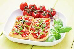 Talianska bruschetta s paradajkami a bazalkou