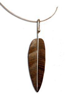 Dije Hoja Lisa 3, tallada en maderas preciosas como Bocote, Avellano, Madera de Cebra y Wenge entre otras. El Tallo es de Plata .925, hecho a mano de forma artesanal.