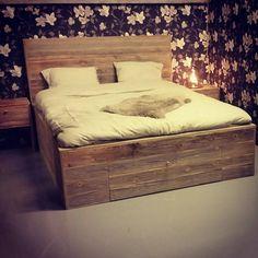 Dobbelt seng i drivved. Pallet Beds, Hammock, Furniture, Instagram, Home Decor, Home Furnishings, Interior Design, Hammocks, Home Interiors