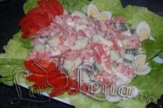 Salata cu somon afumat, rosii si castraveti Sushi, Cabbage, Chicken, Meat, Vegetables, Ethnic Recipes, Salads, Cabbages, Vegetable Recipes