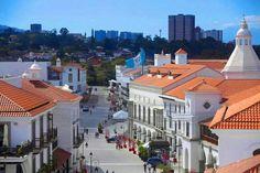 Paseo de Cayalà en la ciudad de Guatemala. Al fondo, el contraste con los edificios.