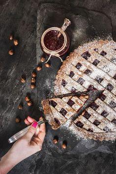 Někdy opravdu litujeme, že vám, čtenářům, nemůžeme kromě fotky a popisu předat i chuť a vůni připravovaných jídel. A zrovna dnešní linecký koláč by si to přitom tak zasloužil! High Sugar, Christmas Time, Goodies, Food And Drink, Gluten, Treats, Baking, Sweet, Cakes