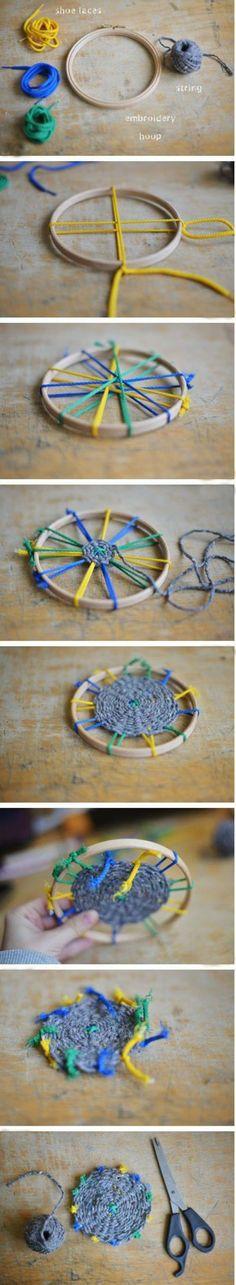 今天的手工编织课给大家带来的是一个小小的杯垫,当然如标题上所说的如果您将它同样的原理放大就可以得到一个地毯了。关于杯垫也介绍不少了,地毯的话其实之前也有推荐过一篇就是这个原理做的,外面的园圈是用的呼啦圈。里面的编织方法是一样的,有兴趣的可以搜索下呼啦圈地毯。