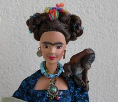 Turn your Barbie into Frida Kahlo (I used to love Barbies when I was small, now I utterly despise them, but this would be a good way to 'recycle' one of my hated blondies). Frida Kahlo Diego Rivera, Frida And Diego, Madame Alexander, Jace, Bad Barbie, Barbie Funny, Frida Art, Mona Lisa, Barbie World