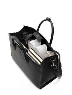 Aspen is the ultimate work bag. This minimalist bag is designed to fit all your daily travel bag essentials including an laptop, shoes, stationary, makeup, an umbrella and a flask without looking busy and bulky. Work Purse, Work Handbag, Work Bags, Work Tote, Handbags For School, Tote Bags For School, Ladies Handbags, Cheap Handbags, Small Handbags