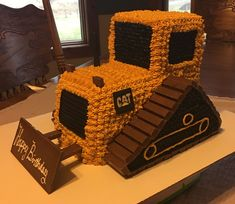 Bulldozer Cake 2 loaf pans make up the body. And a cut out of an square pan make up the cab. Another square cake. Digger Birthday Cake, Digger Cake, Truck Birthday Cakes, Tractor Birthday, Birthday Cakes For Boys, 3rd Birthday, Bulldozer Cake, Fete Vincent, Birthday Cakes