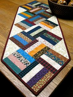 Шитье из полосок Bed Table, Tablerunners, Mug Rugs, Table Toppers, Quilting Designs, Diy And Crafts, Projects To Try, Quilts, Blanket