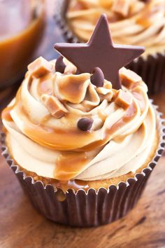 Almond Cupcakes with Salted Caramel Buttercream Frosting Recipe (Baking Desserts Salted Caramels) Almond Cupcakes, Yummy Cupcakes, Salted Caramel Cupcakes, Salted Caramels, Frosting Recipes, Cupcake Recipes, Dessert Recipes, Mini Cakes, Cupcake Cakes