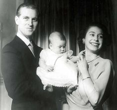 The Royal Windsors: Prince Philip, Duke of Edinburgh and Queen Elizabeth II, with their firstborn, Prince Charles Prince Charles, Young Prince Philip, Princesa Elizabeth, Princesa Kate, Baby Prinz, Prinz Phillip, Prince Philippe, Die Queen, Elizabeth Ii