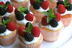 cupcake de baunilha com frutas vermelhas