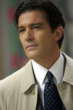 José Antonio Domínguez Bandera, de nombre artístico Antonio Banderas, es un actor, cantante, productor y director de cine español.