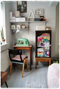 Sewing Fabric Storage Do you want to create a permanent little sewing area in your home? These 15 small sewing spaces will inspire you to create a really fun place! Yarn Storage, Craft Room Storage, Fabric Storage, Small Storage, Storage Shelves, Bobbin Storage, Storage Ideas, Small Sewing Space, Sewing Spaces