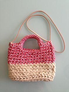 Bolso realizado en crochet con dos colores diferentes de trapillo, con asa media y asá larga de cuero
