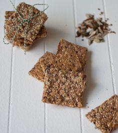 Homemade crackers! Zelf heerlijke crackers maken! Met havervlokken, roggevlokken zaden, pitten en speltmeel of boekweitmeel.