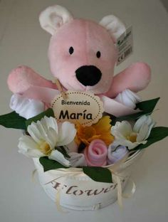 Macetero Mi Primer Osito:  Alegre composición formada por un osito en color rosa o azul ,rosas realizadas con calcetines y babero. 22.95€ www.lacestitadelbebe.es