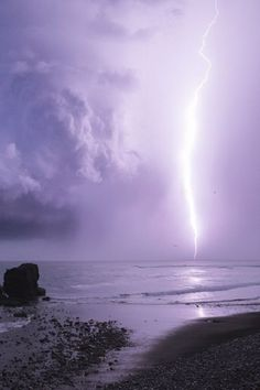 Lightning sky over ocean Beautiful Sky, Beautiful World, Beautiful Places, Tornados, Thunderstorms, Mother Earth, Mother Nature, Purple Tumblr, Cool Pictures