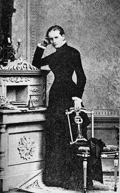 Lou Andreas-Salomé, la diosa ignífuga  Lou Andreas-Salomé se instaló en el mundo como vestal de una secta en la que sólo oficiaban hombres de una inteligencia regida a partes iguales por la gracia y el espanto. Ejerció