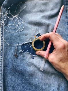 Visible Mending Denim Repair Projects aufbewahrung garten kleidung kosmetik wohnen it yourself clothes it yourself home decor it yourself projects Sewing Hacks, Sewing Tutorials, Sewing Crafts, Sewing Patterns, Sewing Tips, Clay Tutorials, Techniques Couture, Sewing Techniques, Shashiko Embroidery