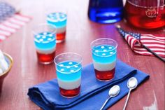 Sono gli americani jelly shot che colorano i party e le feste. Colorate gelatine (geleè) da mangiare, un alternarsi di strati alcolici e analcolici