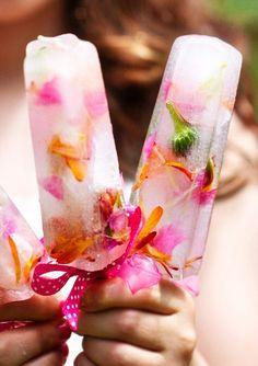 Eetbare bloemen in waterijs