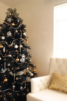 black christmas tree black white and gold decorations THIS IS GOING TO BE MY TREE THIS YEAR SOOOO EXCITED