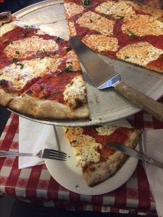 Deliciosa pizza en Lombardi Pizza en Manhattan