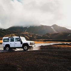 """53 mentions J'aime, 2 commentaires – The Campfire Lab (@thecampfirelab) sur Instagram : «""""It is better to travel well than to arrive."""" -Buddha 📷 Land Rover Defender, Landmannalaugar,…»"""