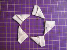 FUXICO MARGARIDA       Corte 5 retângulos de tecido branco na medida de 12 cm x 7 cm. Dobre-os ao meio trazendo a parte de cima, juntando-...