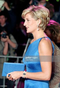 Diana, Princess of Wales. October Diana, Princess of Wales during the Victor Chang Cardiac Research Institute fundraising dinner in Sydney, Australia. Princess Diana Photos, Princess Diana Fashion, Princess Of Wales, Princess Kate, Princess Diana Hairstyles, Princess Diana Jewelry, Lady Diana Spencer, Diana Haircut, Short Hair Cuts