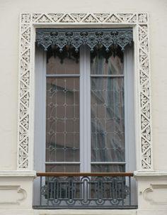 Les lambrequins lyonnais : cet ornement en bois ou en métal, n'a pas qu'un but décoratif.