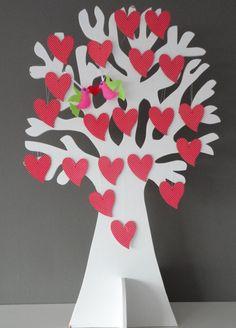 Wensboom voor een bruiloft. Alle gasten schrijven hun gelukwensen op de hartjes van hout. Een super leuk aandenken. De boom kan later in de babykamer!