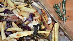 Pel en snijd de uien in parten. Kneus en pel de knoflooktenen.Doe alle groenten en rozemarijntakken en salieblaadjes op een bakplaat of in een braadslee....