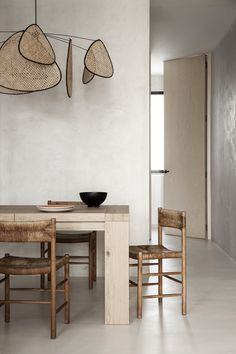 Explore a Wabi Sabi inspired apartment renovation by Madrid-based practice OOAA Arquitectura in their buzzing city centre. Apartment Renovation, Apartment Interior, Wabi Sabi, Interior Inspiration, Room Inspiration, Style Californien, Interior Minimalista, Slow Design, Wood Accents