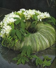 Grass and white flower wreath Deco Floral, Arte Floral, Floral Design, Funeral Arrangements, Flower Arrangements, Floral Arrangement, Ikebana, Funeral Flowers, Wedding Flowers