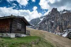 Hütte mit Aussicht auf die Sellagruppe  #Grödnertal #ValGardena #Sellagruppe #Südtirol #Dolomiten #Italien Mount Everest, Mountains, Nature, Travel, Europe, Hiking Trails, Hiking, Italy, Viajes